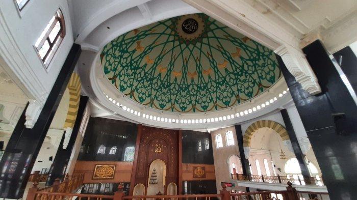 Masjid Jami Attaqwa di Komplek Pondok Pesantren Attaqwa Putra Jalan KH Noer Ali Ujung Harapan, Kelurahan Bahagia, Kecamatan Babelan, Kabupaten Bekasi.