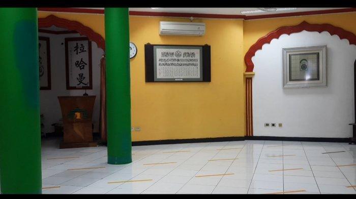 Bagian dalam Masjid Lautze, di Sawah Besar. Masjid Lautze adalah salah satu masjid yang memiliki peran dalam sejarah penyebaran Islam di masa kini.