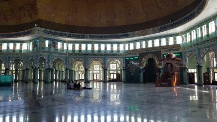 Masjid Raya Al-Azhom di Kota Tangerang yang belum melaksanakan Salat Jumat berjamaah memasuki perpanjangan PSBB tahap ketiga, Kamis (4/6/2020).