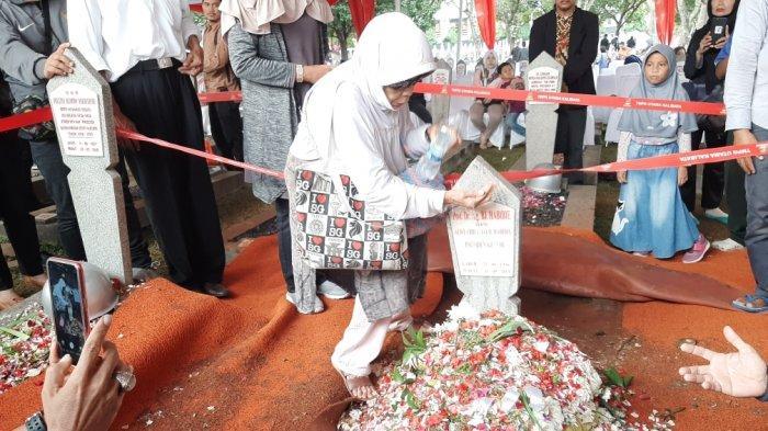 Tak Sempat Bertemu, Masria Siapkan Air Yasin untuk Makam BJ Habibie