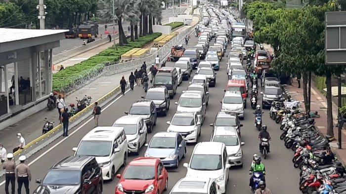 Massa aksi 'Bela Nabi Muhammad' di dekat Gedung Kedutaan Besar Perancis, Jalan MH Thamrin, Jakarta Pusat, Senin (2/11/2020)