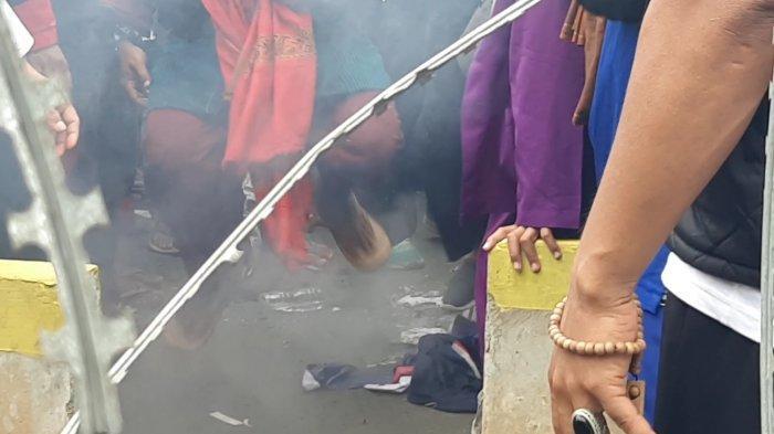 Massa aksi Bela Nabi Muhammad membakar dan menginjak gambar Presiden Perancis Emmanuel Macron, di depan Kedubes Perancis, Jalan MH Thamrin, Jakarta Pusat, pukul 15.40 WIB, Senin (2/11/2020).