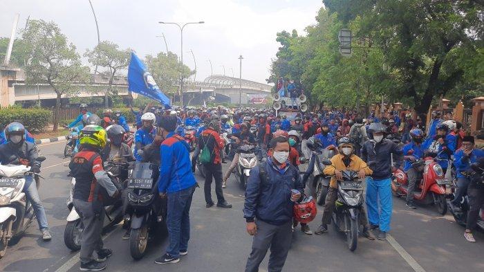 Massa aksi buruh berkumpul di sekitar kawasan Pemkot Bekasi dan Flyover Summarecon Bekasi, mereka tertahan setelah hendak menuju Jakarta, Kamis, (8/10/2020). (TribunJakarta.com/Yusuf Bachtiar)