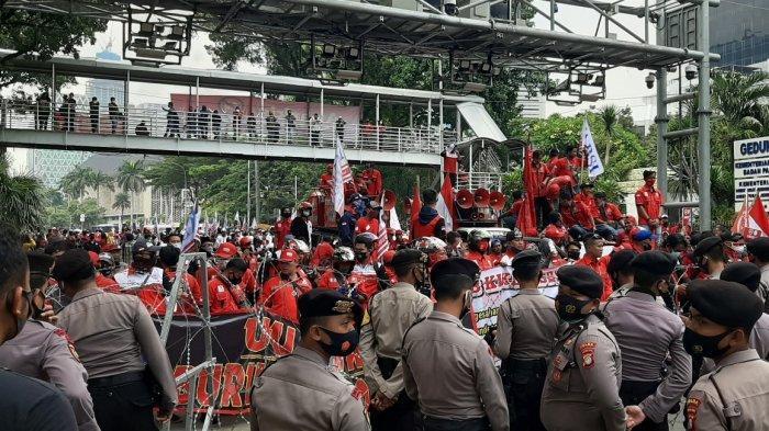 Massa Buruh Demo UU Cipta Kerja di Hadapan Polisi, Jalan MH Thamrin Menuju Harmoni Ditutup