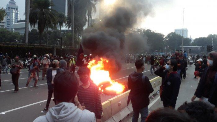 Pukul 17.30 Belum Bubar Demonstrasi, Massa Bakar Ban