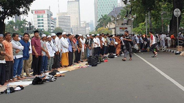 Massa Aksi Kawal Sidang Sengketa Pilpres: Gelar Salat Zuhur di Patung Kuda