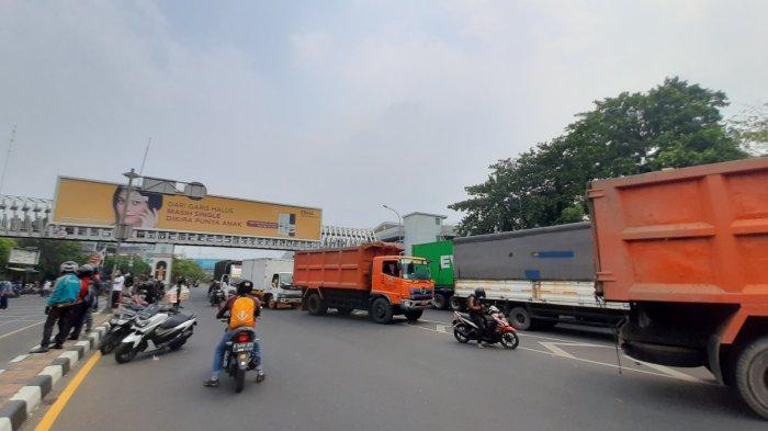 Massa akai blokase Jalan Jenderal Ahmad Yani dan sekitaran flyover Summarecon Bekasi, Kamis, (8/10/2020).