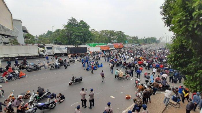 Buruh Blokir Jalan Jenderal Ahmad Yani Bekasi, Akses Kendaraan Lumpuh Total