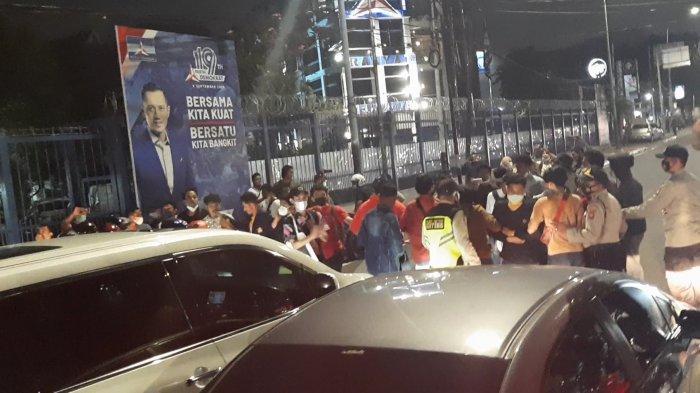 BREAKING NEWS - Massa Aksi Geruduk Markas Demokrat di Menteng, Blokade Jalan: Kami Ingin Bertemu AHY
