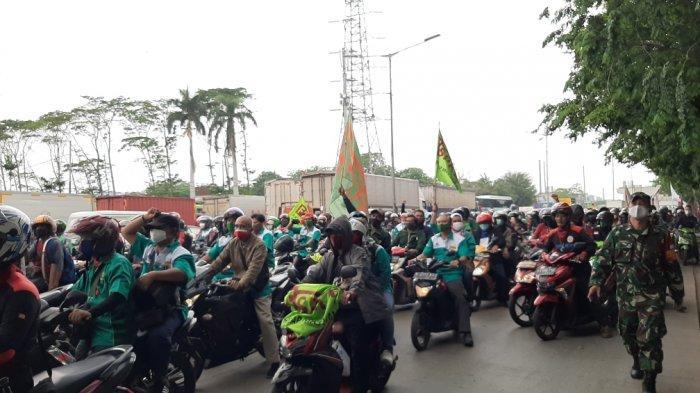 Massa Buruh Masih Terus Berdatangan, Petugas Lakukan Penjagaan di Sekitaran Cakung