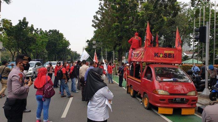 Geruduk Kantor Anies di Balai Kota, Massa Buruh Tuntut UMP 2022 Naik 10 Persen