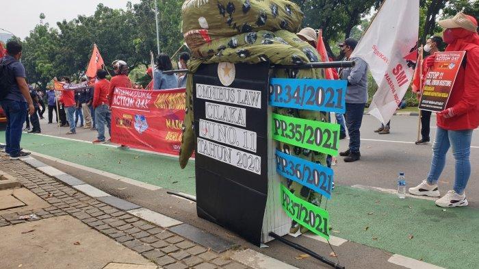 Massa buruh yang menggelar aksi demo di depan kantor Gubernur DKI Jakarta Anies Baswedan di Balai Kota, Jalan Medan Merdeka Selatan, Jakarta Pusat, Kamis (14/10/2021).