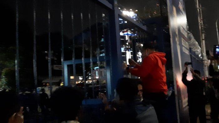 FOTO Massa Aksi Panjat Pagar Markas Demokrat, Blokade Jalan hingga Maret: Teriak Ingin Bertemu AHY