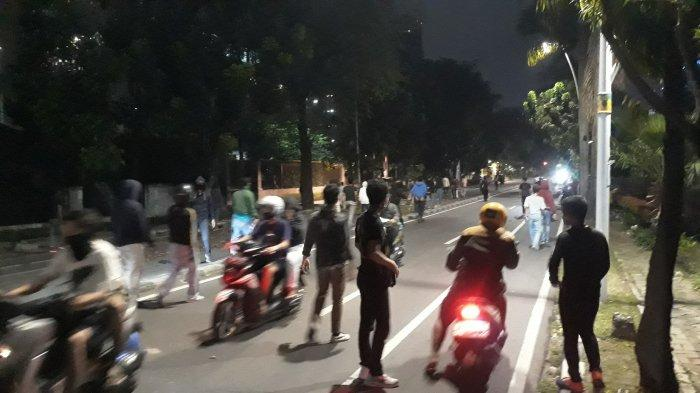 Massa, yang didominasi remaja, masih bertahan di Jalan Kebon Sirih, Menteng, Jakarta Pusat pukul 20.23 WIB pada Selasa (13/11/2020).