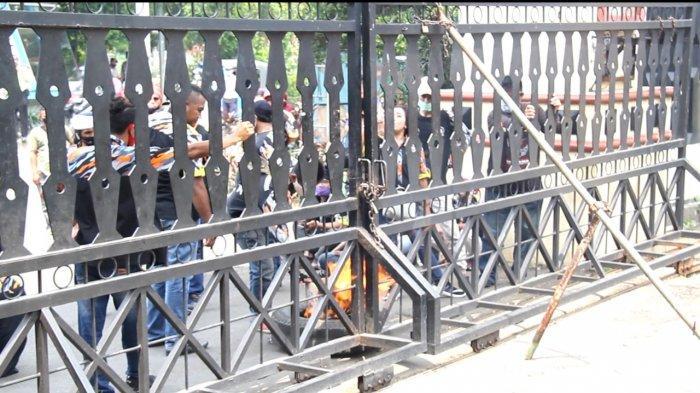 Suasana aksi unjuk rasa di depan Kantor Wali Kota Jakarta Timur, Rabu (11/11/2020).