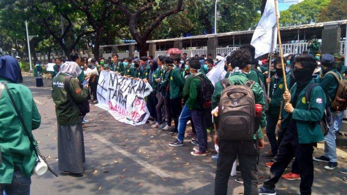 Bawa Spanduk 'Nyalakan Tanda Bahaya', Massa Mahasiswa Mulai Mendekat Gedung DPR MPR RI