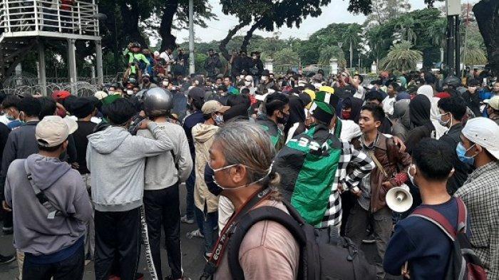 Massa Mahasiswa Peserta Aksi Tolak UU Cipta Kerja Mulai Meninggalkan Jalan Medan Merdeka Barat