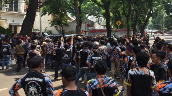 Diduga Dipicu Insiden Lalu Lintas, Massa Ormas Terlibat Cekcok dengan Polisi di depan PTIK