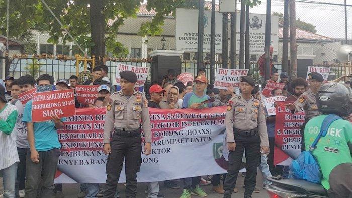 Massa Pendukung Ratna Sarumpaet Unjuk Rasa di Pengadilan Negeri Jakarta Selatan - massa-pendukung-ratna-sarumpaet-berdemo-di-depan-pn-jakarta-selatan-pasar-minggu-k.jpg
