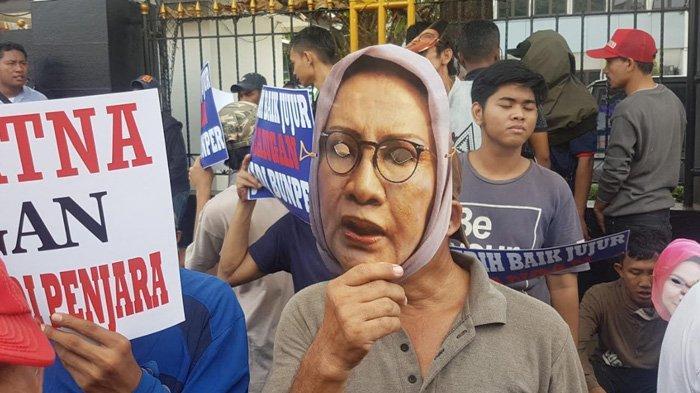 Massa Pendukung Ratna Sarumpaet Unjuk Rasa di Pengadilan Negeri Jakarta Selatan - massa-pendukung-ratna-sarumpaet-berdemo-di-depan-pn-jakarta-selatan.jpg