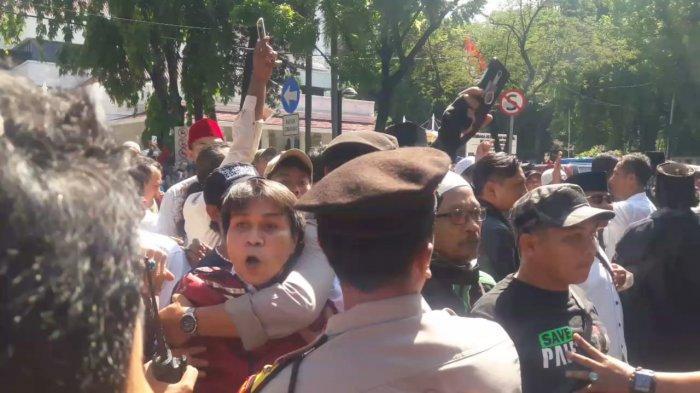 Ricuh! Massa Pro dan Kontra Anies Baswedan Bersitegang di Depan Balai Kota Jakarta
