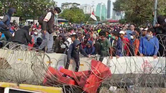 Massa Aksi Berusaha Rusak Kawat Berduri sebagai Pembatas