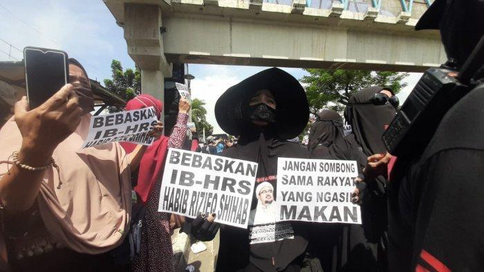 Hari Ini, Simpatisan Rizieq Shihab Datangi PN Jakarta Timur Minta Divonis Bebas
