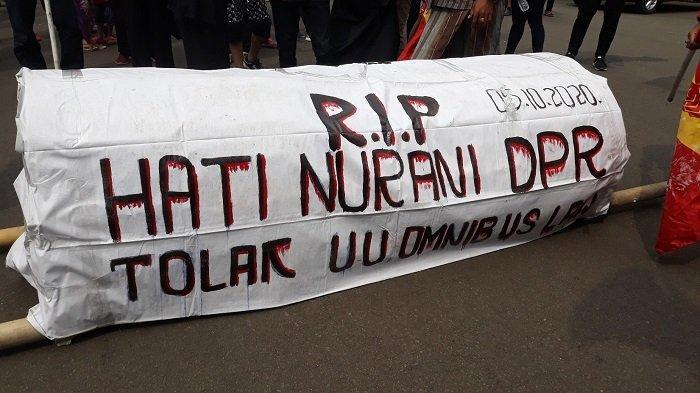 Bawa Keranda Mayat, Serikat Rakyat Miskin Indonesia Unjuk Rasa Tolak Omnibus Law di Monas
