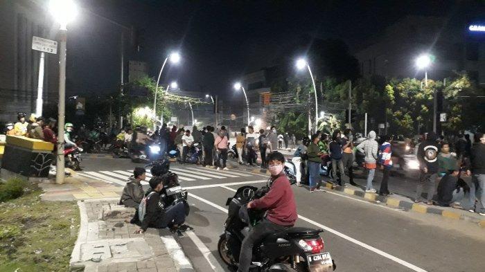 Bertahan di Jalan Kebon Sirih, Massa Bakar Tong Sampah Tutup Jalan