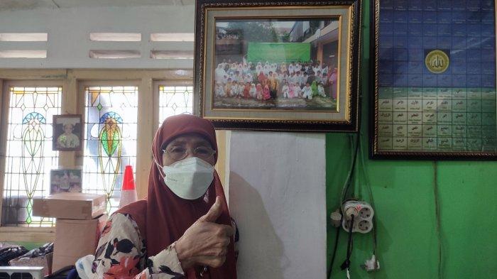 Masturi Ros Yusuf (80), dedikasikan separuh hidupnya untuk membantu ratusan anak dari keluarga kurang mampu agar menuntaskan pendidikan hingga jenjang perguruan tinggi di Jatinegara, Jakarta Timur, Jumat (17/9/2021)