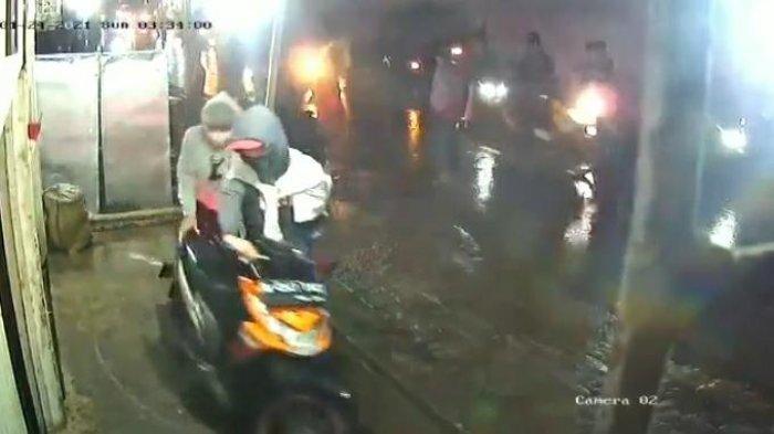 Aksi Gangster Bawa Senjata Tajam Terekam CCTV di Tangerang: Kalah Jumlah Kelompok, Motor Dirampas