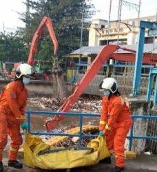 Mayat laki-laki tanpa busana tersangkut di Pintu Air Manggarai, Menteng, Jakarta Pusat, pukul 06.00 WIB, Kamis (29/4/2021).