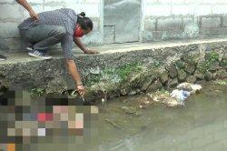 Sesosok mayat pria ditemukan mengambang di Kali Si Bongkok Jalan Dewi Sartika, Pancoran Mas, Kota Depok, sekira pukul 09.30 WIB siang ini.