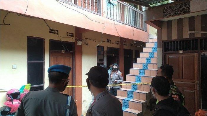 Mayat psk online Alip Surani alias Ratna (31) di kamar kos nomor 3 Jalan Pusponjolo Selatan RT 6 RW 3, Bojongsalaman, Semarang Barat, dievakuasi petugas medis dan relawan, Jumat (7/5/2021).