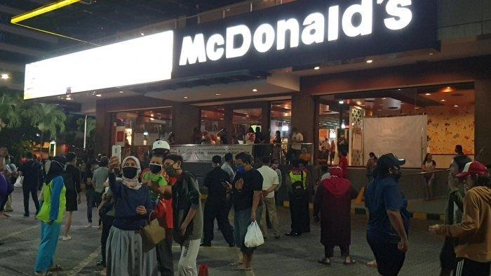Penampakan Puluhan Orang Berkumpul Jelang Penutupan, McD Sarinah Diserbu Pengunjung