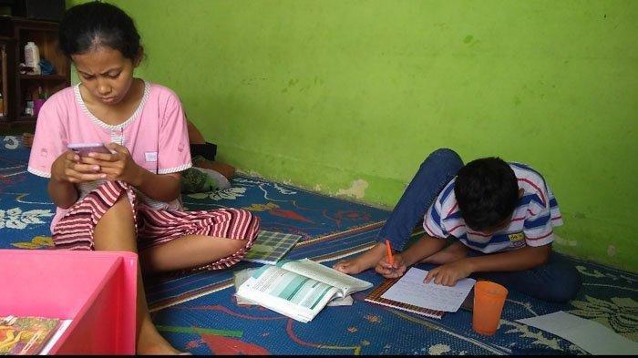 Mega Sari Nainggolan dan Anda, anak korban tabrak lari, sedang belajar di rumahnya, di Jalan Kawat 3, Gang Padi, Tanjung Mulia Medan, Sumatra Utara. Pada (6/4/2021).