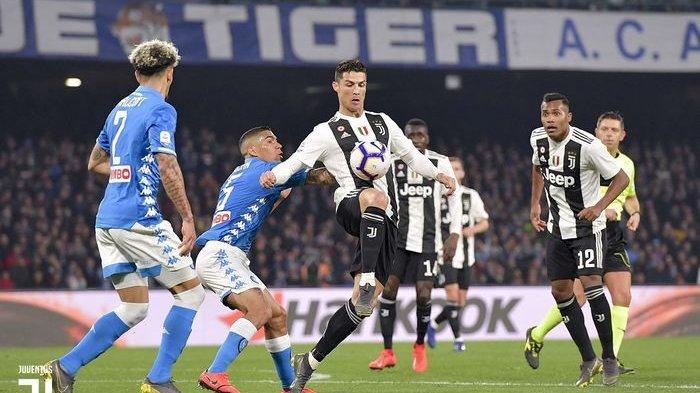Megabintang Juventus, Cristiano Ronaldo, mengontrol bola dalam laga melawan Napoli.