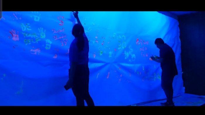 Tempat wisata Jakarta Aquarium, menawarkan kegiatan melukis glow in the dark pada bulan November ini.