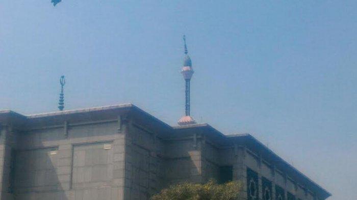 Pucuk Menara Masjid Jakarta Islamic Centre Miring karena Korosi