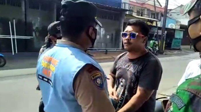 Tangkapan layar video saat pria mengaku anak anggota TNI menolak sanksi razia masker di Ciracas, Jakarta Timur, Kamis (4/3/2021).