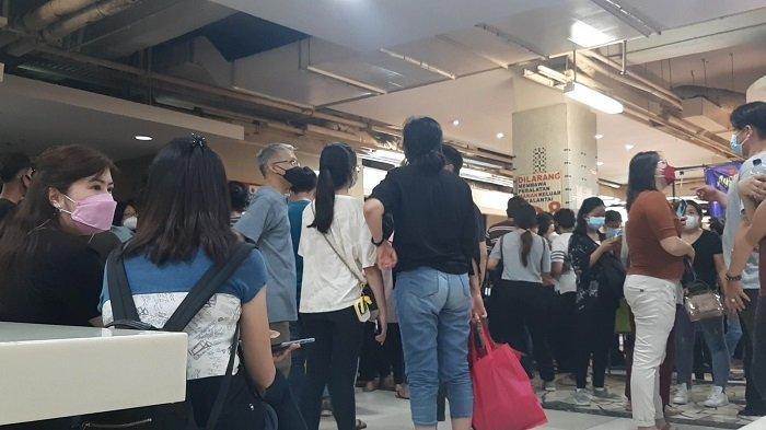 Sekira ratusan orang mengantre vaksinasi Covid-19 gratis di Lantai 8 Blok A Pasar Tanah Abang, Jakarta Pusat, pukul 12.00 WIB, Selasa (23/2/2021).