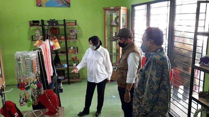 Menteri Sosial Tri Rismaharini saat mengundang Anggota DPR-RI Komisi VIII melihat sentra kreasi di Balai Pangudi Luhur Bekasi, Rabu (3/3/2021).