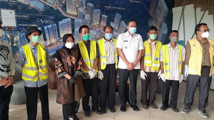 Mensos Tri Rismaharini Mengantarkan Lima Pemulung Bekerja ke Grand Kamala Lagoon Bekasi