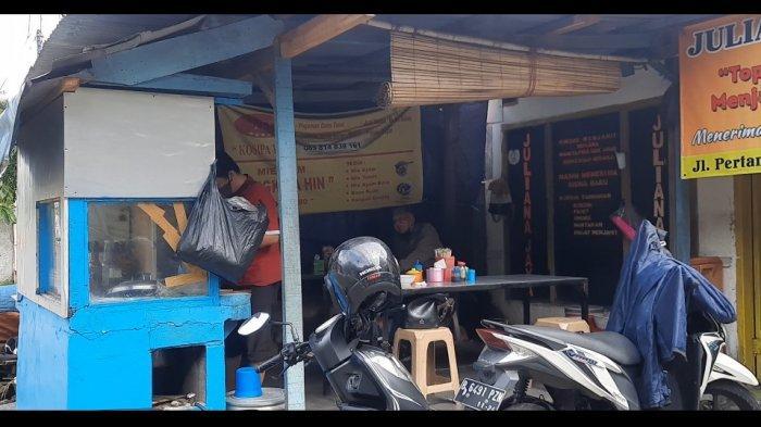 Berlokasi di Jalan Pertanian III No.88, Pasar Minggu, konon Mie Ayam Engko A Hin disebut-sebut sebagai salah satu mie ayam tertua yang ada di Pasar Minggu. Sebab, mie ayam ini sudah mulai berjualan sejak tahun 1980 dan masih bertahan sampai sekarang.