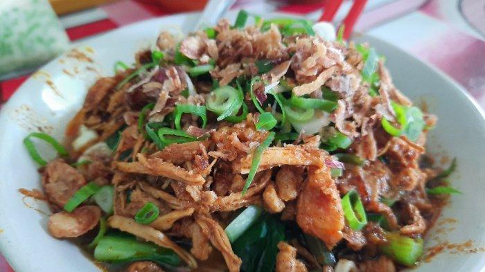 Mie ayam Mang Oyo ini disajikan bersama dengan irisan daun bawang, bawang goreng, dan juga baso.