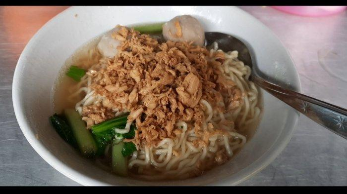 Wisata kuliner di daerah Jakarta Selatan, bisa datang ke Mie Ayam Engko A Hin, yang ada di kawasan Pasar Minggu.Konon, mie ayam ini bisa dibilang sebagai salah satu mie ayam tertua yang ada di Pasar Minggu karena sudah berjualan sejak 1980.