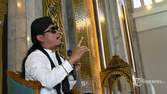 Miftah Maulana Habiburrahman atau yang akrab dengan sapaan Gus Miftah, guru spiritual Deddy Corbuzier yang sempat viral karena dakwah di tempat hiburan malam, memberikan tausiah pada Tabligh Akbar bertema Spirit 1441 Hijriyah di Masjid Nasional Al Akbar, Kota Surabaya, Jawa Timur, Jumat (6/9/2019).