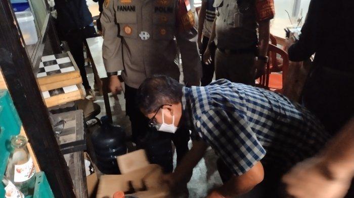 Petugas sita ratusan botol miras saat operasi yustisi dan cipta kondisi di wilayah Jakarta Timur, Minggu (13/6/2021) dini hari.