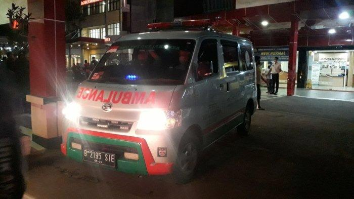 Mobil ambulans FPI yang datang mengambil jenazah enam anggotanya di RS Polri Kramat Jati, Jakarta Timur, Selasa (8/12/2020).   --