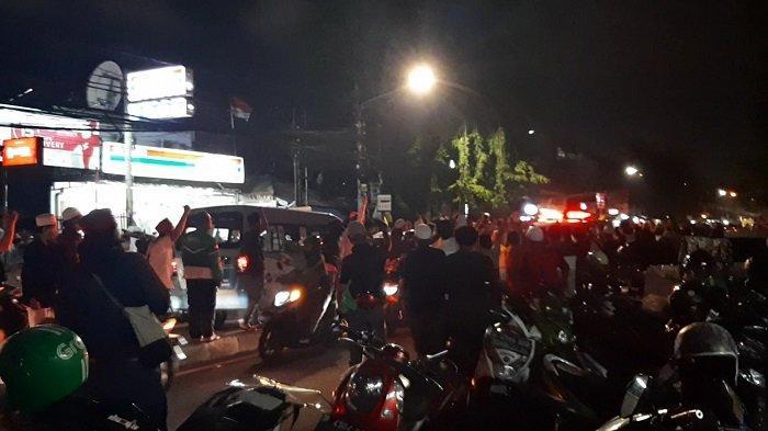 Ratusan Orang Sambut Mobil Ambulans Pembawa Jenazah Laskar FPI saat Tiba di Petamburan